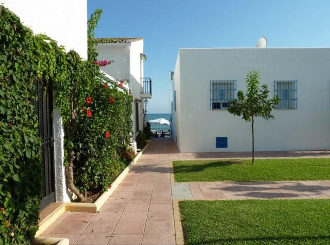 House on the first line of the beach between Estepona and Marbella - mibgroup.es